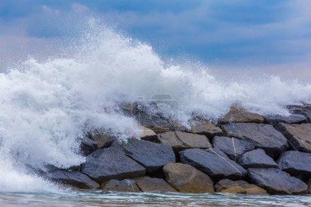 Photo pour Belles grandes vagues sur l'océan méditerranéen espagnol - image libre de droit