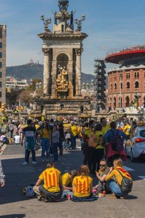 Photo pour Manifestants catalanes avec des symboles nationaux catalanes à Barcelone pour soutenir la liberté des prisonniers politiques. Plus de 300.000 personnes ont participé à la manifestation. 04. 16. 2018 Espagne, Barcelone - image libre de droit