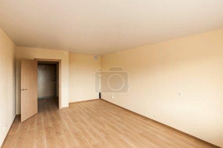 Photo pour Intérieur classique en couleurs chaudes dans un nouvel appartement d'une maison neuve - image libre de droit