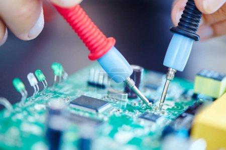 Photo pour Homme travaillant dans un laboratoire électronique avec puce - image libre de droit