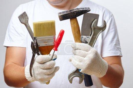 Photo pour Homme de travail tenant des outils - image libre de droit