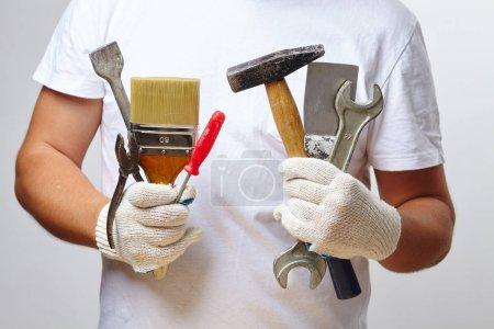 Photo pour Homme travaillant avec des outils bouchent - image libre de droit