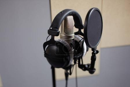Photo pour Microphone moderne en studio d'enregistrement, gros plan - image libre de droit