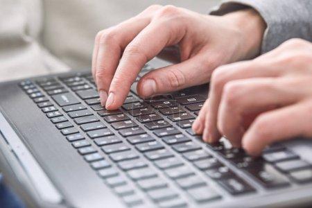 Photo pour Mains mâles dactylographie sur ordinateur portable, gros plan - image libre de droit