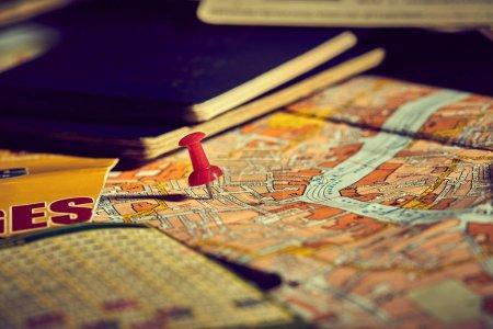 Photo pour Épingle marquant les points d'itinéraire de voyage sur la carte avec passeports - image libre de droit