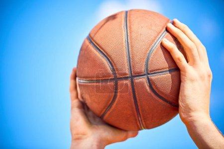 Photo pour Homme tenant le ballon de basket, gros plan - image libre de droit