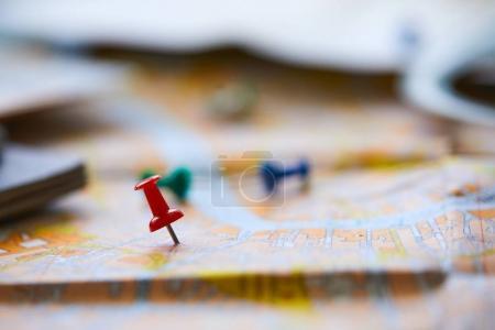 Photo pour Épingles marquant les points d'itinéraire de voyage sur la carte - image libre de droit