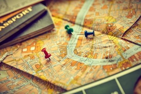 épingles marquant les points d'itinéraire de voyage sur la carte avec passeports