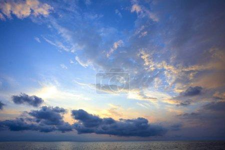 Photo pour Picturesque view of sunset over sea at sunrise - image libre de droit