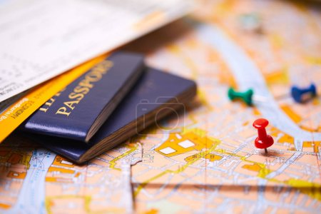 Photo pour Épingles marquant les points d'itinéraire de voyage sur la carte avec passeports - image libre de droit