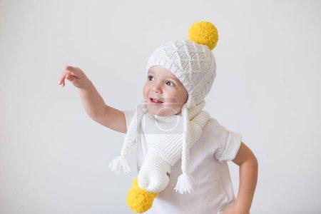 Photo pour Drôle mignon enfant en bonnet tricoté - image libre de droit