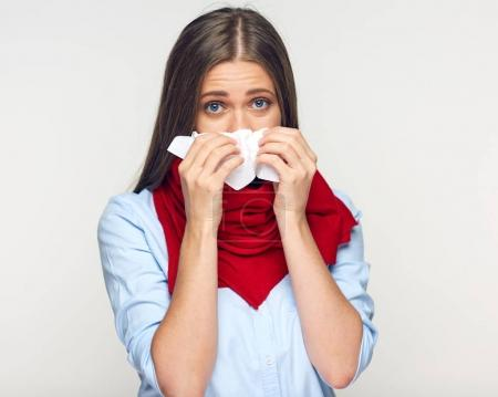 Photo pour Maladie femme qui se mouche dans des mouchoirs en papier. Isolé sur fond blanc maladie fille . - image libre de droit