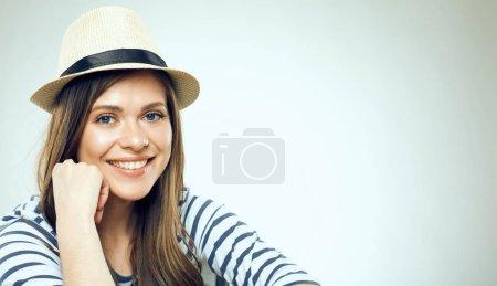Photo pour Portrait de femme souriante portant un chapeau et une chemise rayée regardant la caméra - image libre de droit