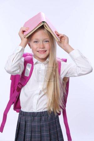 Photo pour Portrait d'écolière mignonne sur blanc - image libre de droit