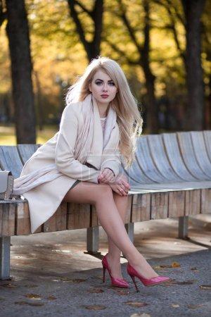 Photo pour Élégante jeune femme marchant dans le parc d'automne - image libre de droit