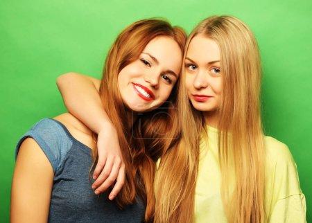Foto de Emociones, personas, adolescentes y concepto de la amistad - feliz sonriente casi adolescentes o amigos abrazos - Imagen libre de derechos