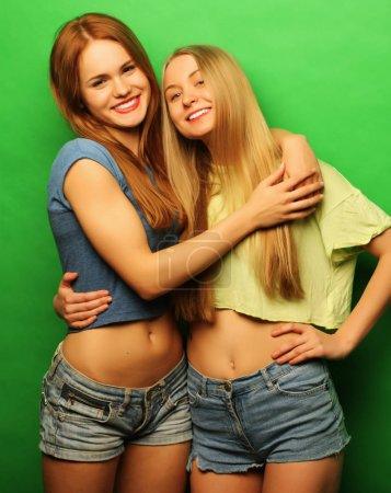 Photo pour Émotions, les gens, les adolescents et le concept d'amitié heureux souriant jolies adolescentes ou amis câlins - image libre de droit