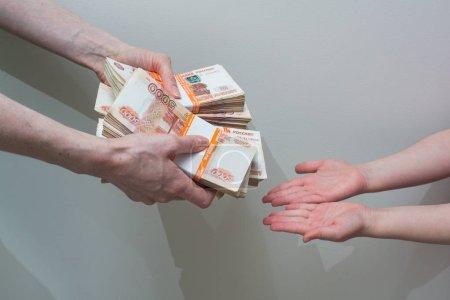 Photo pour Les enfants et les femmes main avec pile d'argent russe - image libre de droit