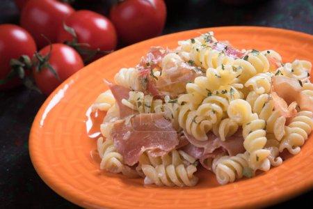 Photo pour Pâtes italiennes avec sauce au fromage et les tranches de jambon prosciutto fumé - image libre de droit