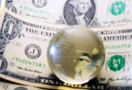 Photo pour George Washington closeup oeil sous globe de cristal sur le billet d'un dollar - image libre de droit