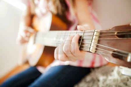 Photo pour Musique de jeune femme, femelle main jouer de la guitare classique, méconnaissable personnes - image libre de droit