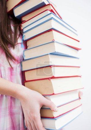 Photo pour Fille étudiante détenant des tas de livres, éducation et connaissance - image libre de droit