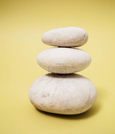 Photo pour Méditation de Zen harmonie, empilés de Pierre, de la vie spa, avec espace pour message - image libre de droit