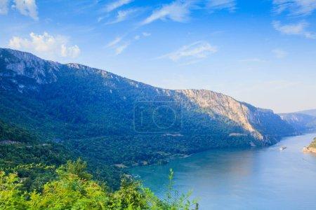 Photo pour Paysage estival du Danube. Gorge sur le Danube entre la Serbie et la Roumanie, également connue sous le nom de Porte de fer. - image libre de droit