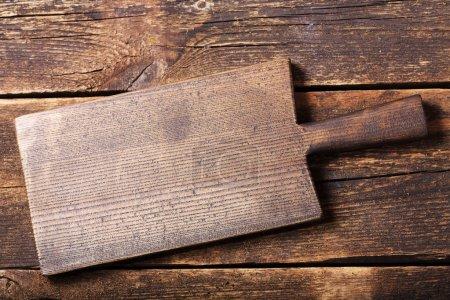 Foto de Tablero de madera vacía en la mesa de madera vieja, vista superior - Imagen libre de derechos