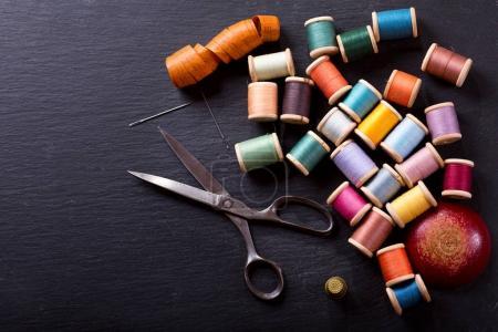 Photo pour Outils à coudre : vieux ciseaux, bobines avec fil et aiguilles, vue de dessus - image libre de droit