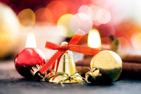 Photo pour Décoration de Noël avec bougies, boule de Noël, ruban, cône de sapin, arbre, anice star, canelle. Fond en bois pour l'espace de la copie. Vintage style tonique - image libre de droit