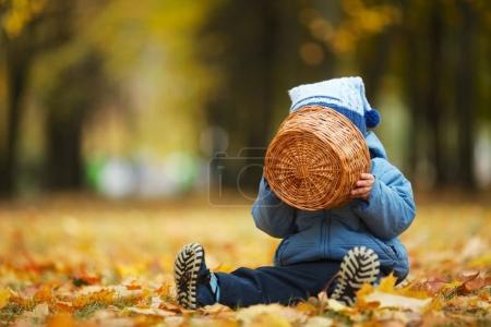 Photo pour Photo de mignon petit garçon dans le parc d'automne - image libre de droit