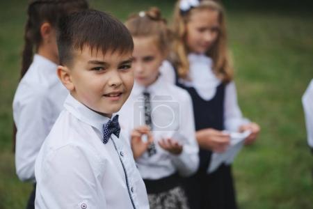Photo pour Groupe de jeunes garçons et filles en uniforme à l'extérieur - image libre de droit