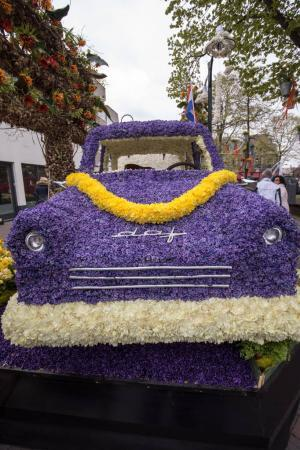 Photo pour Noordwijkerhout, Netherlands - April 21,  2017: Platform with  tulips and hyacinths during the traditional flowers parade Bloemencorso from Noordwijk to Haarlem in the Netherlands. - image libre de droit