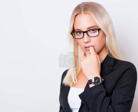 Photo pour Belle jeune femme avec montre-bracelet - image libre de droit