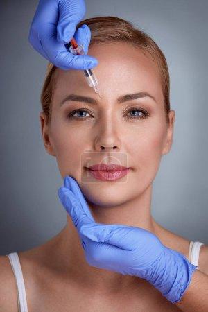 Photo pour Traitement du visage du botox - image libre de droit