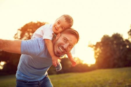 Photo pour Père greffer son petit fils à l'extérieur - image libre de droit