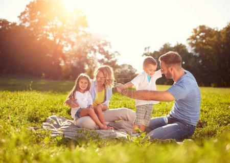 Photo pour Famille avec enfants sur pique-nique dans le parc - image libre de droit