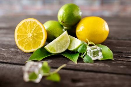 Photo pour Citrons et lime crus sains été fraîcheur fruits fond - image libre de droit