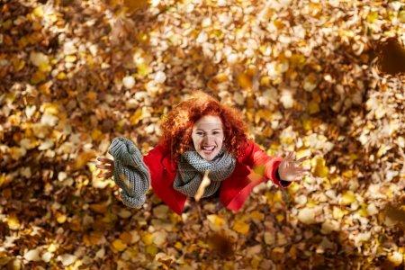 Photo pour Délicieuse jeune femme en bois en automne - image libre de droit