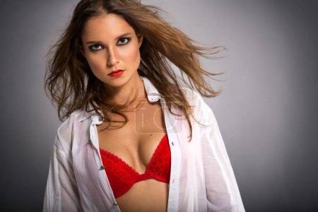 Foto de Hermosa mujer atractiva en sujetador rojo, retrato de la belleza - Imagen libre de derechos