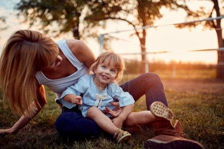 Photo pour Mère heureuse et fille s'amusent en plein air à la campagne - image libre de droit