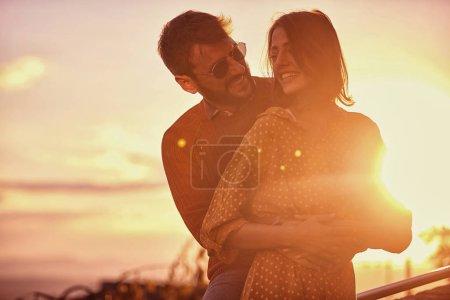 Photo pour Heureux couple romantique amoureux embrassant à la Saint-Valentin - image libre de droit