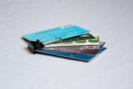 Photo pour Cartes de crédit. Concepts de prêt personnel, finance, banque, dette. Sentier de coupe - image libre de droit