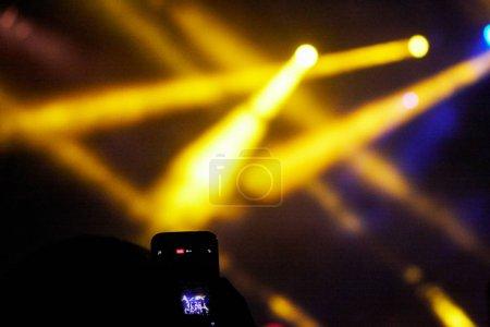Photo pour Lumières de la scène de concert. Concert spectacle de lumière - image libre de droit