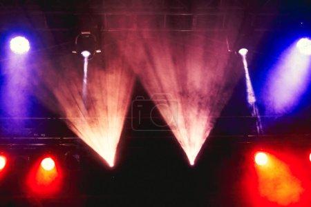 Photo pour Lumières de scène sur le concert. Concert spectacle de lumière - image libre de droit