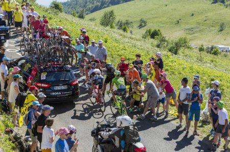 Photo pour Col du Grand Colombier, France - 17 juillet 2016 : Cyclistes Haimar Zubeldia et Pierre Rolland dans les montagnes du Jura - image libre de droit