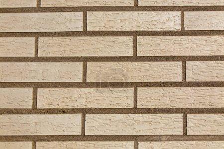 Foto de Cierre la imagen de una pared de ladrillo con ladrillos teñidos en un color uniforme.. - Imagen libre de derechos