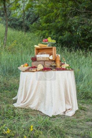 Photo pour Fromage et fruits sur une table magnifiquement décorée vintage - image libre de droit