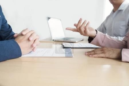 Photo pour Situation de l'entreprise, job interview concept. Concept de travail d'équipe et de la réunion de partenaire d'affaires - image libre de droit